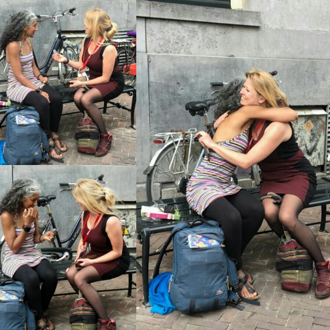 Kracht van kleur - Katrín helpt een dame op een bankje