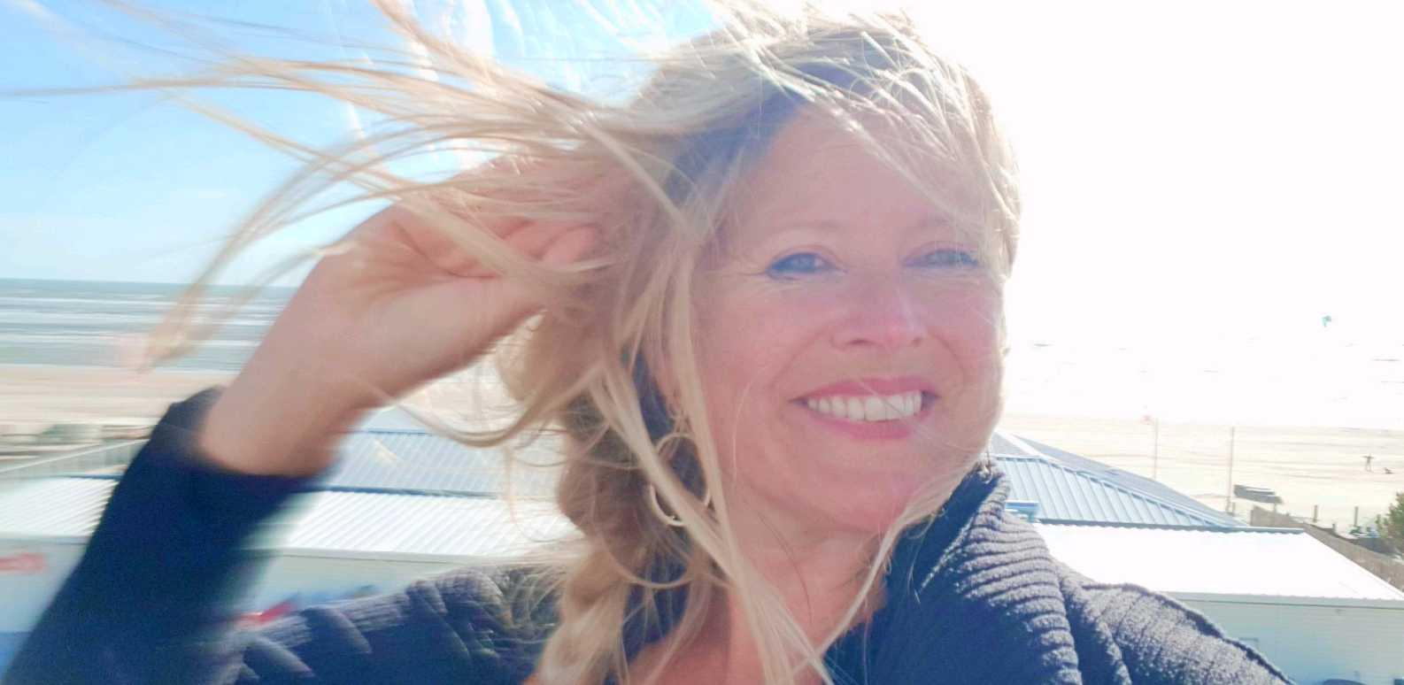 Kracht van Kleur - Katrin in de wind aan zee
