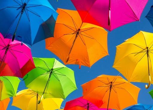 Kracht van Kleur - afbeelding van kleurige paraplu's hangend in de lucht ter illustratie van Catch your Colour Story